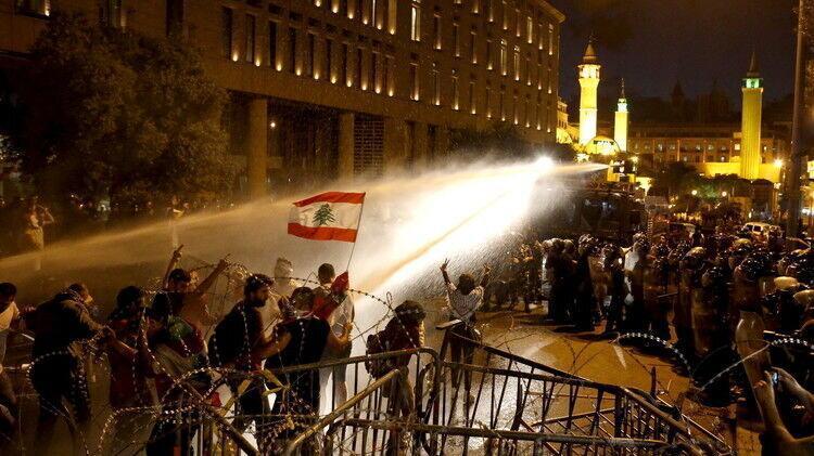 معترضان اطراف کاخ ریاست جمهوری لبنان را ترک کردند